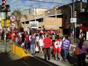 Marcha interrompe trânsito na Avenida Farrapos, em Porto Alegre (Foto: Bruno Rezendes/RBS TV)
