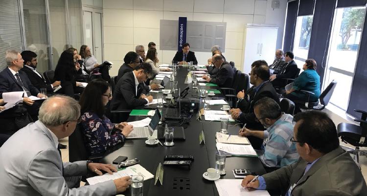 Foto do comitê técnico da Sudene. Há pessoas reunidas em uma mesa, falando entre si. Na ponta superior, está o superintendente Marcelo Neves.